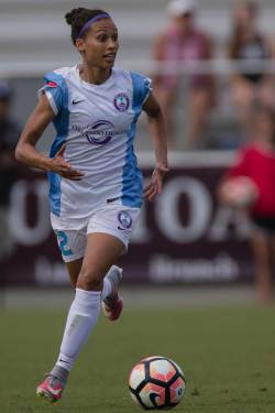 Kristen Edmonds carries the ball looking for options. (Shane Lardinois)