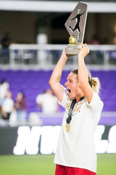 Amandine Henry lifts the championship trophy. (Monica Simoes)