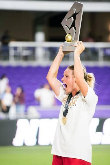 Amandine Henry lifts the championship trophy. (Monica Simoes)