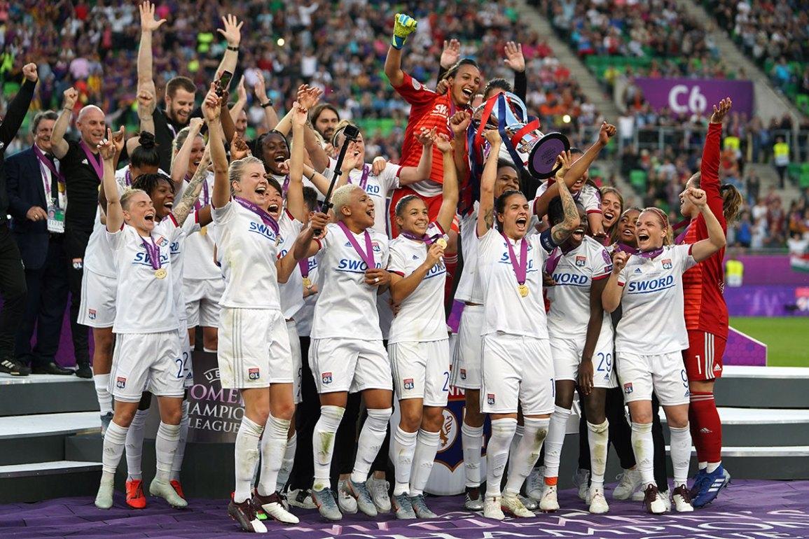Lyon lifting the Champions League trophy. (Daniela Porcelli / OGM)