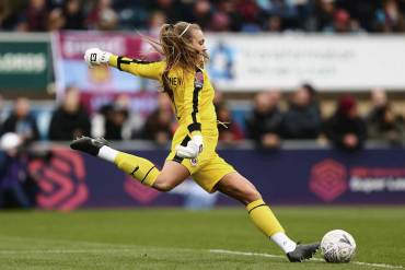 Reading FC's Grace Moloney taking a goal kick. (Reading FC)