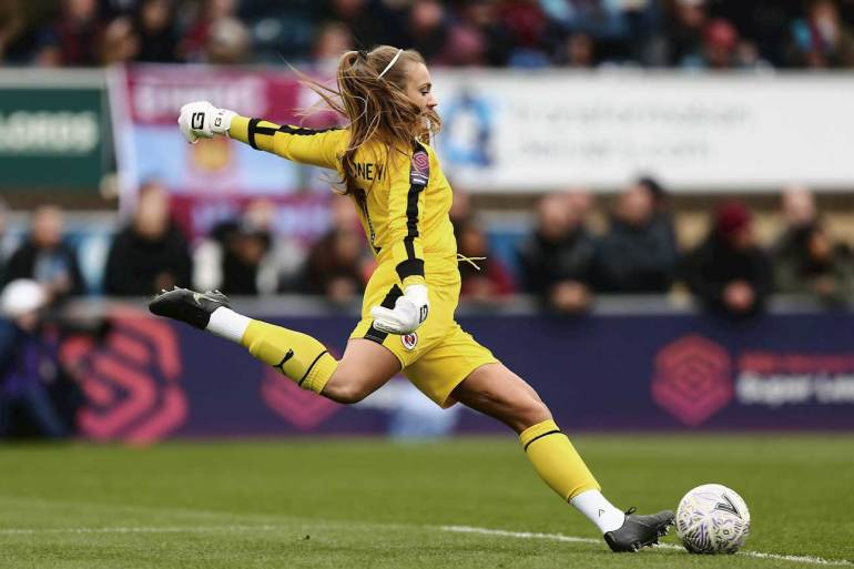 Reading FC's Grace Moloney taking a goal kick. (Reading FC)