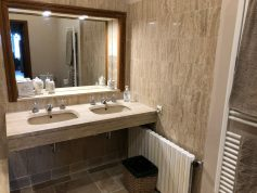 Apartments-for-rent-in-Carcassonne-bathroom-sinks