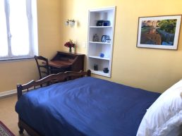 Apartments-for-rent-in-Carcassonne-sunflower-room-bed-and-desk