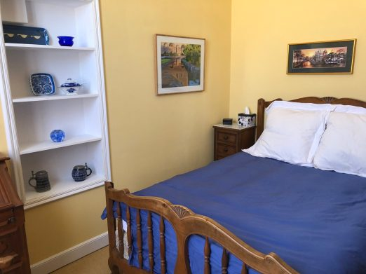 Apartments-for-rent-in-Carcassonne-sunflower-room-bed-and-shelves