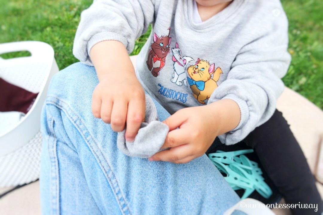 Übungen des praktischen Lebens - Socken ineinander stecken