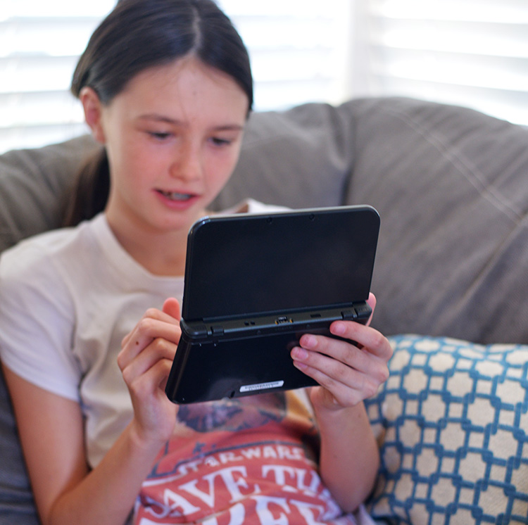 girl-playing-nintendo-3ds