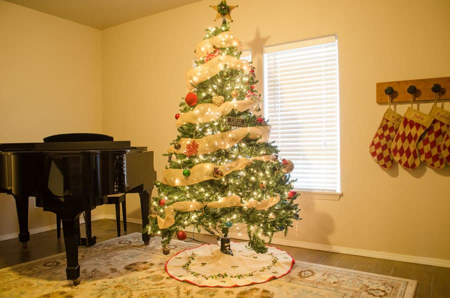 How does a modern homesteader decorate for Christmas? Click here to see our homestead decorated for the Christmas holidays. #Christmas #holidaydecor #homesteading