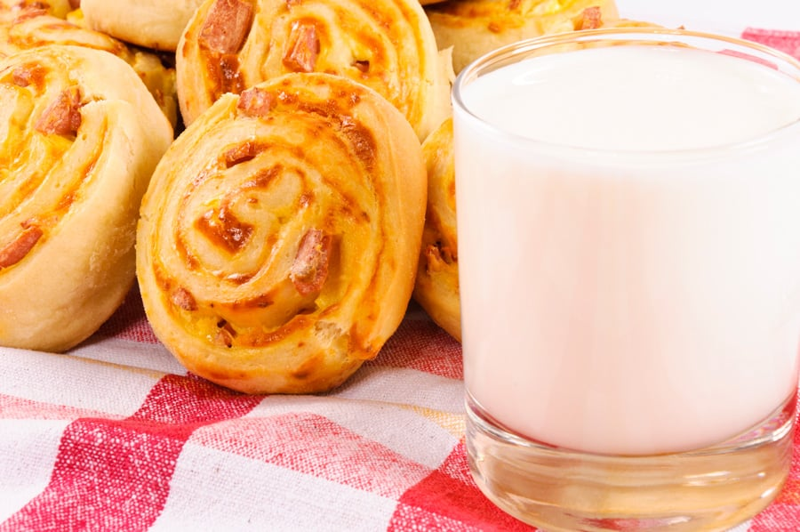 cinnamon rolls with milk