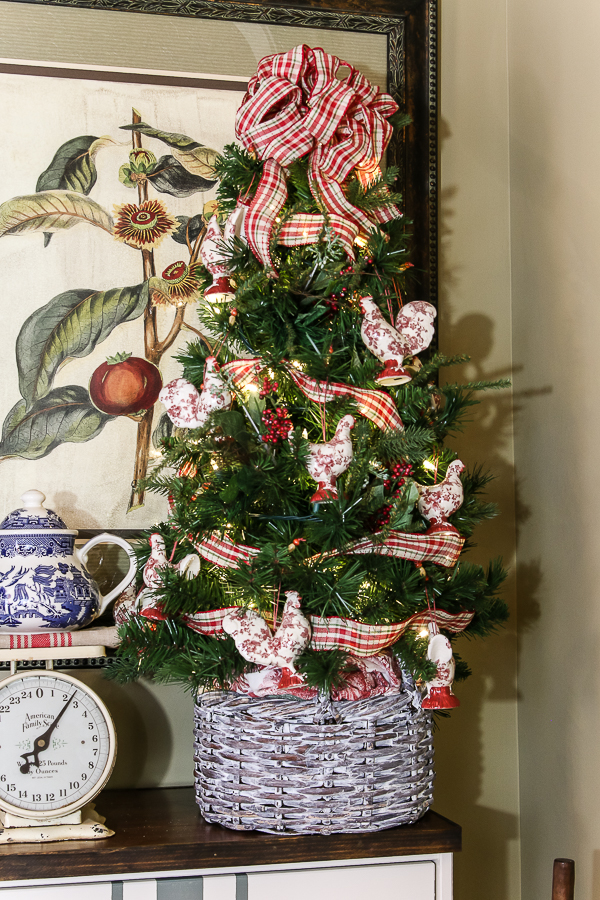 French country farmhouse Christmas with Our Southern Home #christmas #farmhousechristmas #frenchcountry #christmasdecor