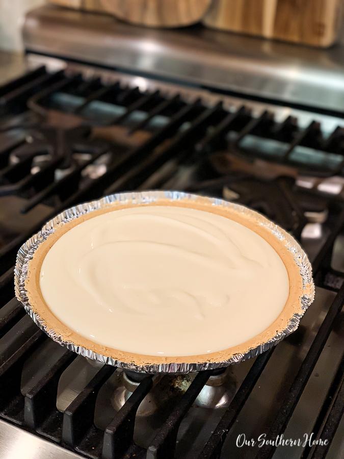 """pie """"width ="""" 675 """"height ="""" 900 """"data-pin-description ="""" Fabelhaft einfacher Zitronenbaiser-Kuchen, der sich perfekt für den Sommer oder zu jeder Zeit eignet! Minimale Zutaten werden schnell im Kühlschrank aufbewahrt und können über Nacht gekühlt werden. Firma liebt es. #lemonmeringuepie #pie #desserts #dessertrecipe #pierecipe #sweets #summerdessert """"srcset ="""" https://i2.wp.com/www.oursouthernhomesc.com/wp-content/uploads/lemon-meringue-pie-2019-2804. jpg? w = 675 & ssl = 1 675w, https://i2.wp.com/www.oursouthernhomesc.com/wp-content/uploads/lemon-meringue-pie-2019-2804.jpg?resize=225%2C300&ssl=1 225w, https://i2.wp.com/www.oursouthernhomesc.com/wp-content/uploads/lemon-meringue-pie-2019-2804.jpg?resize=641%2C855&ssl=1 641w """"sizes ="""" (max -Breite: 675px) 100vw, 675px """"data-jpibfi-post-excerpt ="""" """"data-jpibfi-post-url ="""" https://www.oursouthernhomesc.com/lemon-meringue-pie-the-easy-way/ """"data-jpibfi-post-title ="""" Zitronenbaisertorte {Easy Peasy} """"data-jpibfi-src ="""" https://i2.wp.com/www.oursouthernhomesc.com/wp-content/uploads/lemon-meringue -pie-2019-2804.jpg? resize = 675% 2C900 & ssl = 1 """"data-recalc-dims ="""" 1 """"/></p> <p>Mischen Sie Ihre Kondensmilch und Zitronensaft in einer Schüssel. Ich benutze gerne einen Schneebesen. Dann gießen Sie es in Ihre Kruste. Legen Sie es beiseite, während Sie Ihr Baiser vorbereiten. </p> <p><img class="""