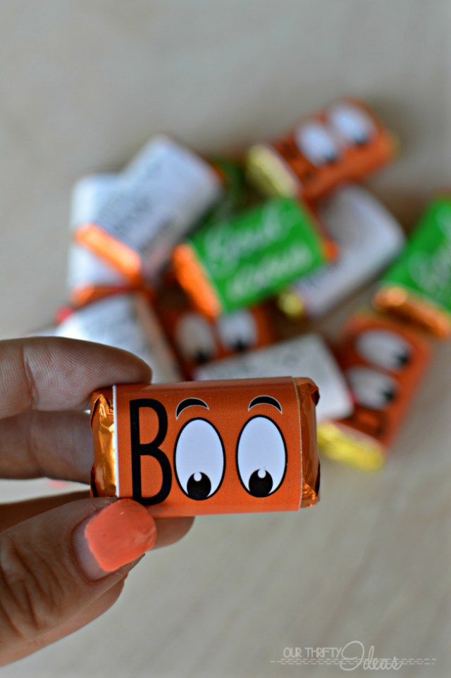 such a cute idea for a Halloween treat - FREE Halloween candy bar wrappers
