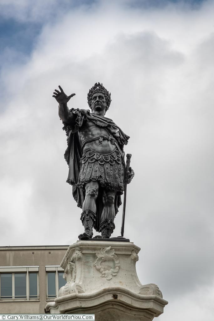 The statue of Augustus above the eponymously named fountain that stands in Rathausplatz.