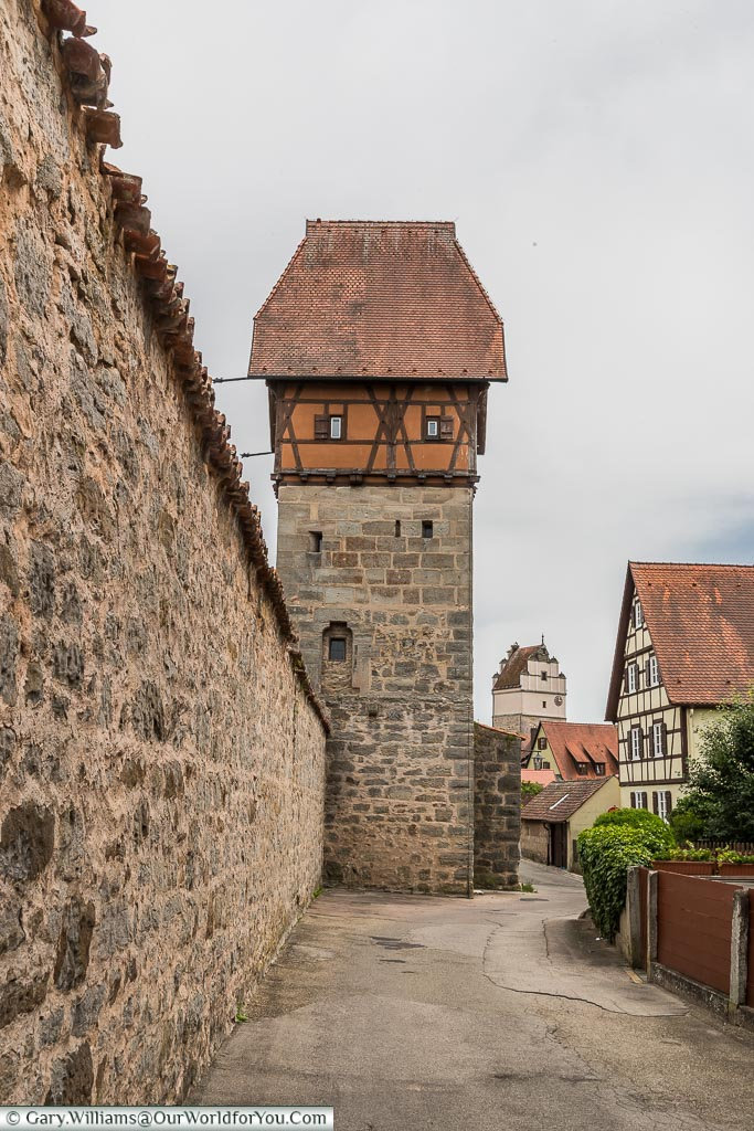 Along the city walls of  Dinkelsbüh towards the Bäuerlinsturm tower.