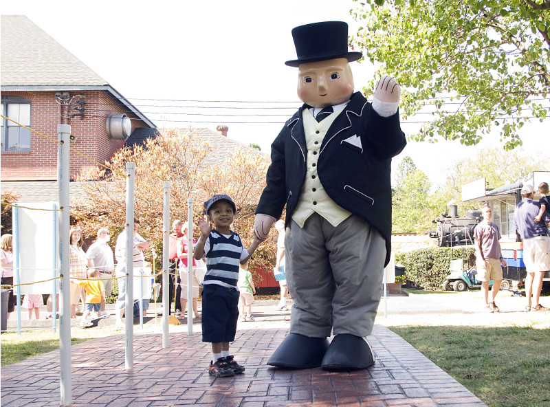 Giveaway_Out and About Mom_Day Out with Thomas_Sir Topham Hatt greets a young fan