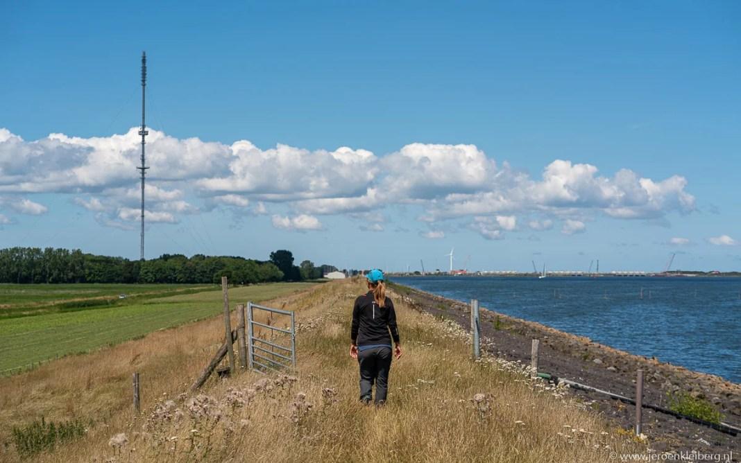 Wandelen over de IJsselmeerdijk