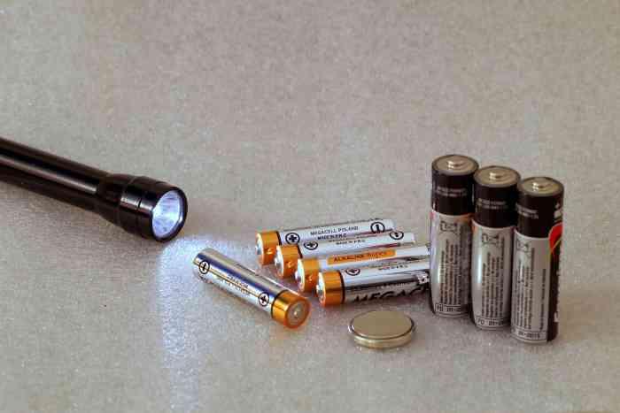 Taschenlampe mit Batterien als Campinglampe