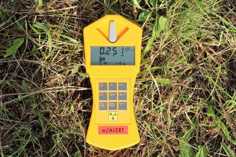 Geigerzähler im Gras