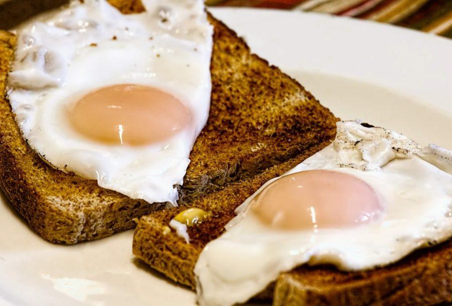 Campingtoaster Toast und Eier