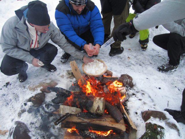 Brot auf dem Feuer backen