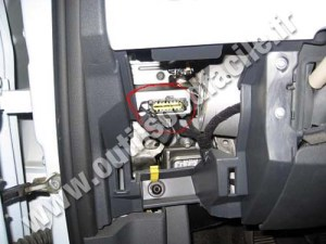 OBD2 connector location in Fiat 500 (2007  )  Outils