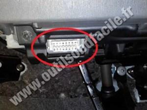 OBD2 connector location in Toyota Prius 3 (2010  )  Outils OBD Facile