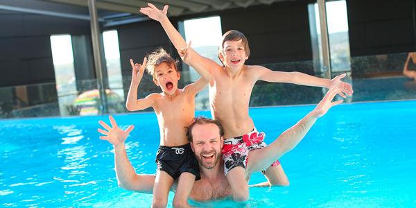 Día de juegos en la piscina con la familia, ejercita tu cuerpo y tu mente