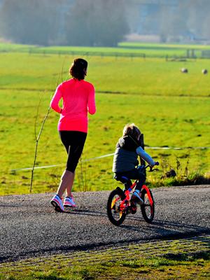 Tarde de bicicleta o patines en familia