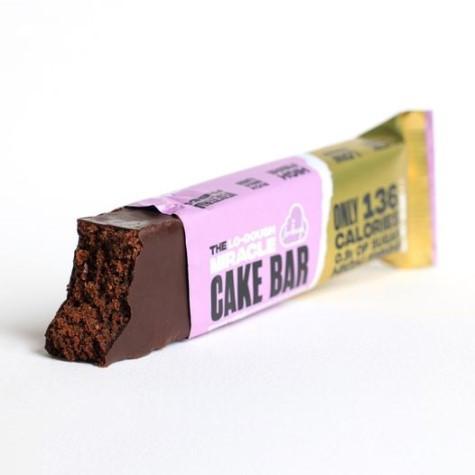 Barrita de fibra con textura de bizcocho, envuelta en fino y crujiente chocolate negro sin azúcar
