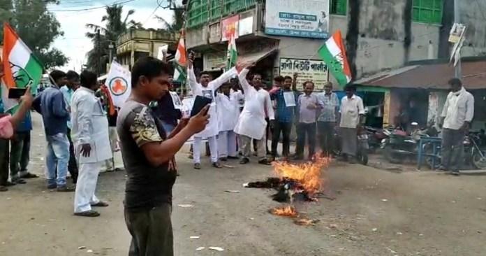 Demonstration by burning Prime Minister Narendra Modi's Kushputul in protest of anti-Kisan bill