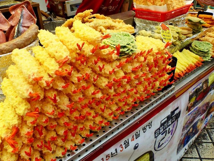 Deliciosa comida em um mercado em Sokcho