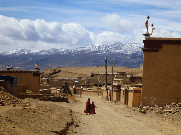 Jovens monges em Litang no Tibete China