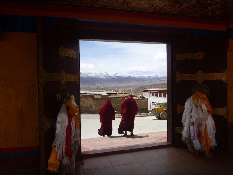 Monges no monastério de Litang no Tibete China