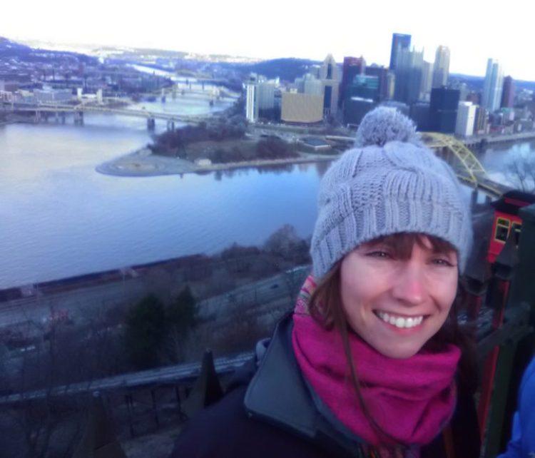 Vista de cartão postal de Pittsburgh com o Duquesne Incline