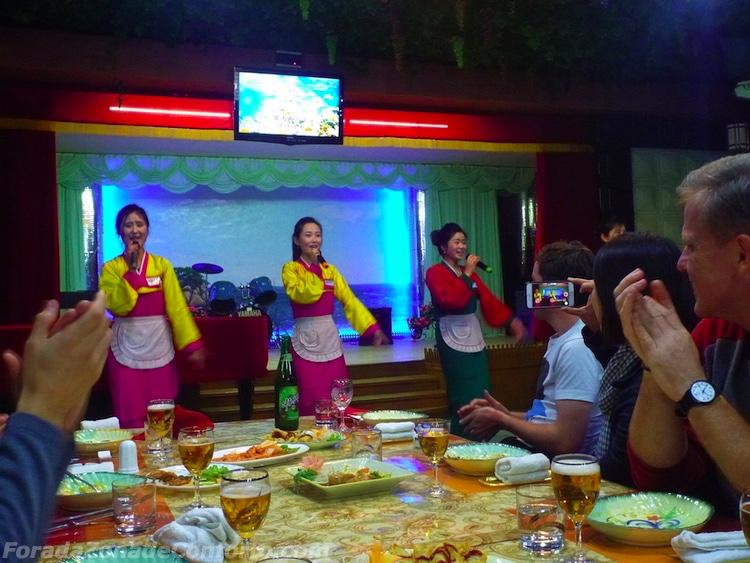 Show em restaurante Norte-coreano garçonetes