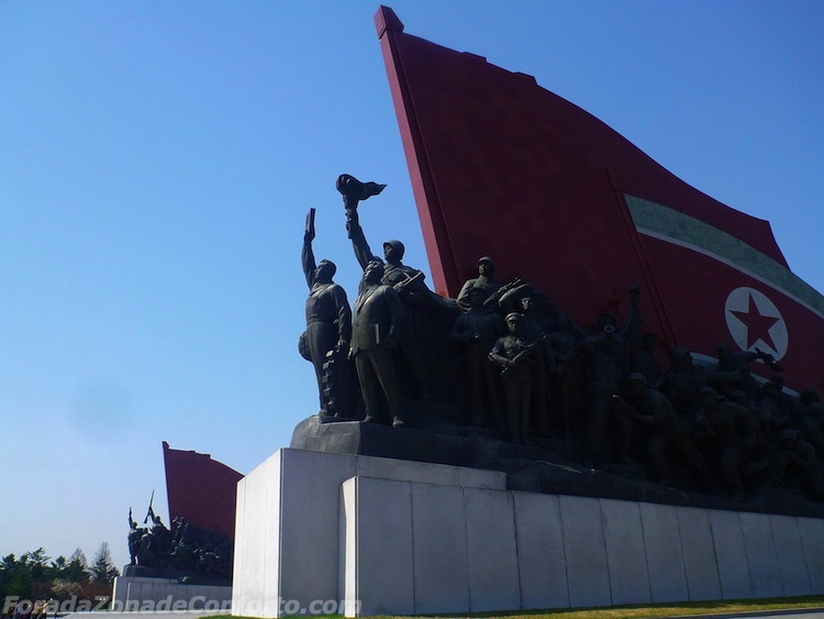 Em ambos os lados das estatuas de bronze estavam monumentos que representam a Luta Revolucionária Anti-japonesa e a Revolução Socialista