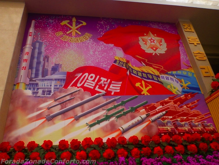 Rosas, slogans comunistas e foguetes Norte-coreanos