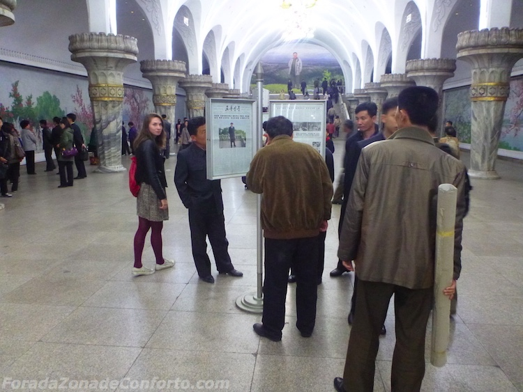 Estrangeiros dentro do metro de Pyongyang na Coreia do Norte