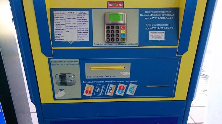Máquina para comprar passagem ônibus do aeroporto de Minsk