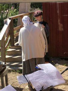 Näytelmän pihamaalla pikku Pekka pitelee käsissään villapaitaa ja juttelee talon emännän kanssa