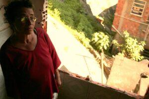 Ao destruir a casa de cima, a prefeitura prejudica a casa de Rosa, que possui parede geminada.
