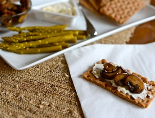 Crispbread with Goat Cheese and Mushrooms