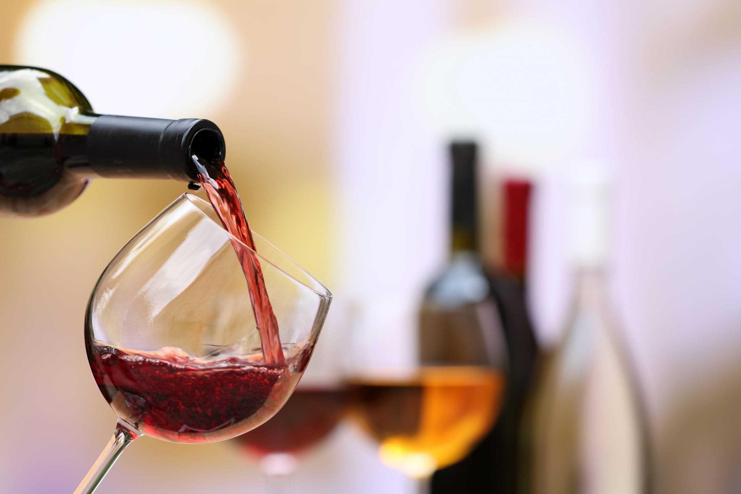 versamento-vino-bicchiere-2