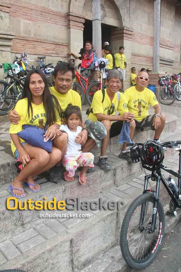 Bisikleta Iglesia bikers at Pakil church