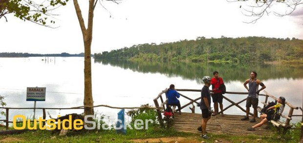 Bikers at the lake of the La Mesa Nature Reserve, Mountain Biking in the Philippines