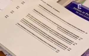 Sur le bureau du Pr. Montagnier à Paris, l'analyse génétique du fragment d'ADN identifié par le laboratoire italien
