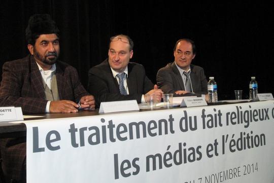Colloque du 7 novembre 2014 à Paris. De gauche à droite : Naser Ahmed Shahid, représentatnt de la communauté musulmane Ahmadiyya, Frédéric Grossmannn, directeur des éditions Les trois génies, François Jacquot, avocat.