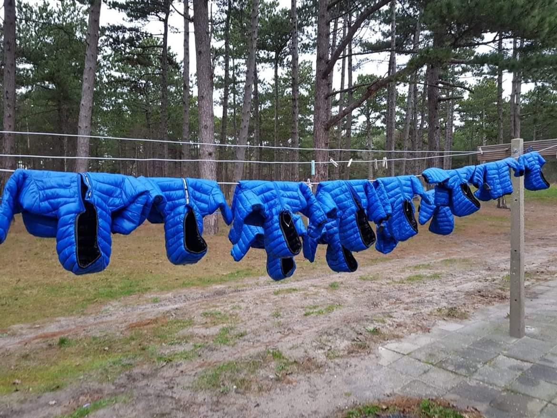 Blauwe jasjes spoelen aan