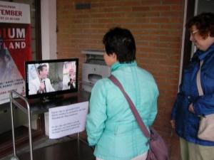 Geboeid luisteren bezoekers van het Podium Westand maar het mannenkoor