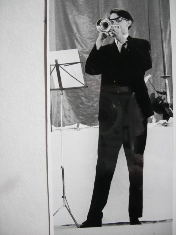 Een trompettist levert zijn muzikale bijdrage